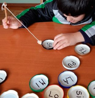 nene con tapitas con letras